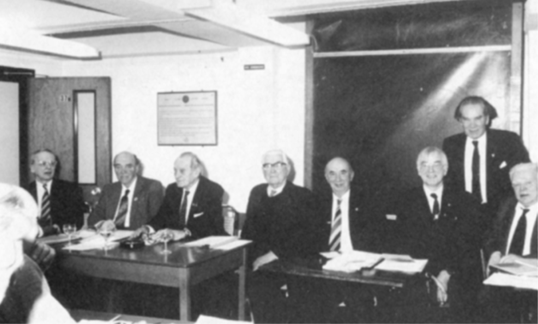 Nadzwyczajne walne zebranie STP 1992 r. W kolejności od lewej: W. Grywin-Grzywiński, J. Marcinkiewicz, J. Morawicz (przewodniczący), J. Płoszajski, A. Ostrowski (prezes), S. Michałowski, T. Bogucki, E. Jędral