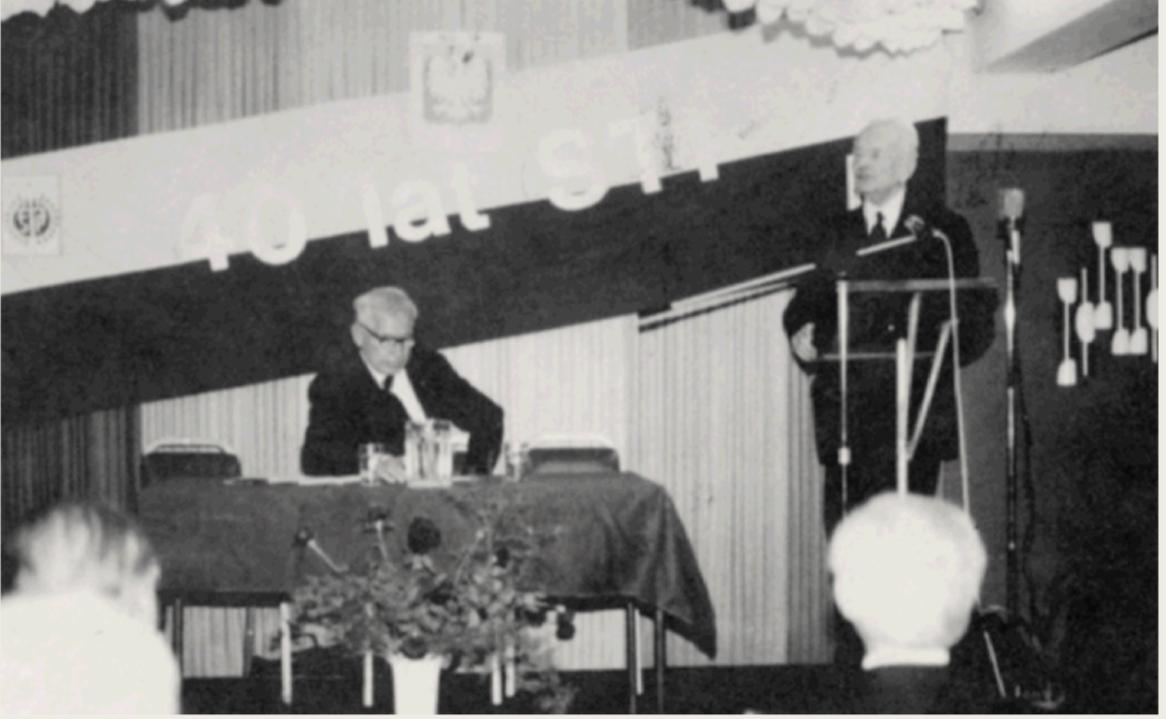 40-lecie STP 1980 rok. Przemawia prezydent E. Raczyński, przewodniczący H. Hajducki.