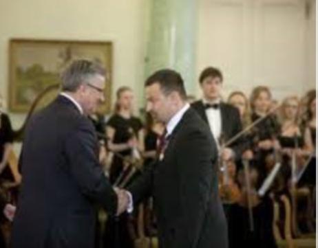 Piotr Dudek odbierający odznaczenie z rąk Prezydenta RP Bronisława Komorowskiego