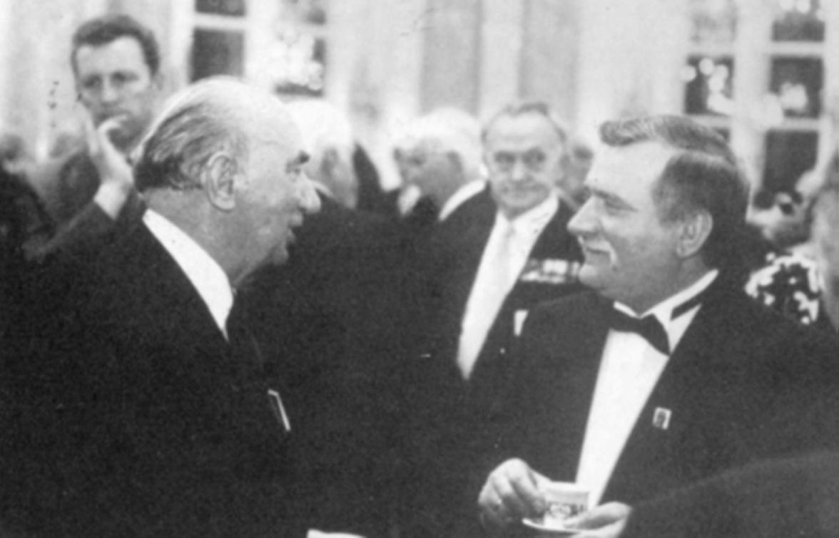 Zamek w Warszawie 22.12.1990 r. Prezes STP A. Ostrowski w rozmowie z prezydentem RP L. Wałęsą