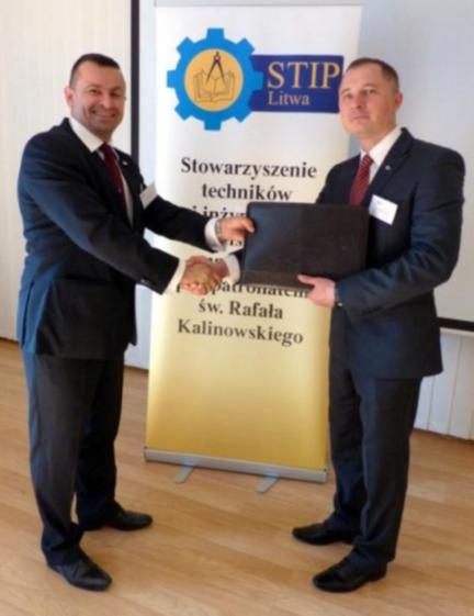 Wilno, pażdziernik 2014 – Piotr Dudek (STP) przejmuje prezydencję EFPSNT z rąk Roberta Niewiadomskiego (STIPL).