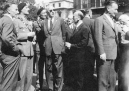 """Londyn 1949 r. Przygotowanie do złożenia wieńca od polskich żołnierzy przed grobem """"Nieznanego żołnierza""""."""