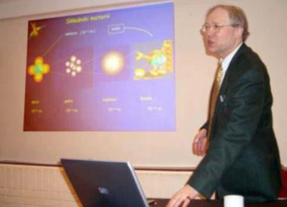 Dr Włodzimierz Mier-Jędrzejowicz podczas odczytu.