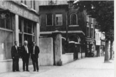 Wrzesień 1969 roku. Electrical Supplies Co. Nabyty plac pod budowę POSK-u. W środku – prezes STP inż. Roman Wajda, z lewej C. Woyno, sekretarz, po prawej – K. Głuchowski, skarbnik.